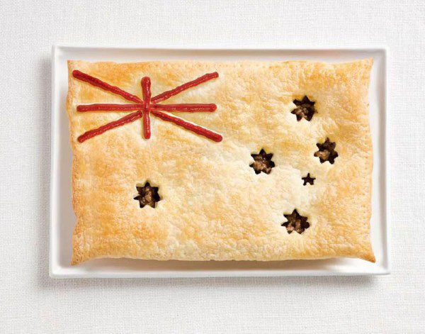 La bandera de Australia hecha de pastel de carne y salsa.