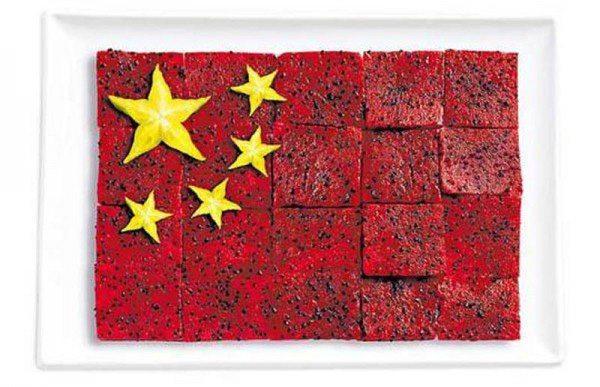 Bandera de China hecha de Pittaya y fruta estrellada.