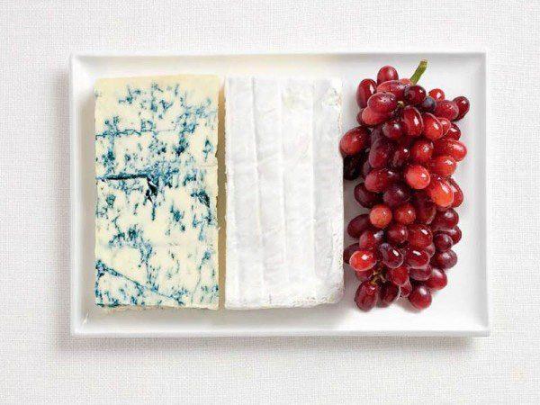 Bandera de Francia a partir de queso azul, queso brie y uva.
