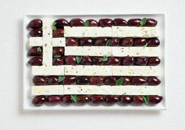 Bandera de Grecia de aceitunas Kalamata y queso feta.