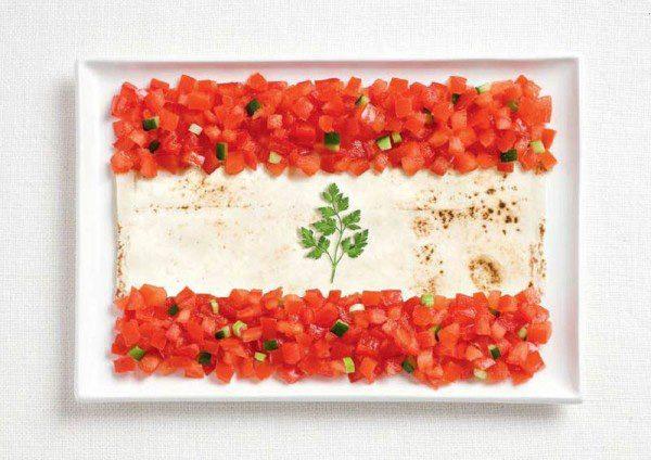 Bandera de Líbano a partir de lavash, fattoush y una ramita de hierbas.