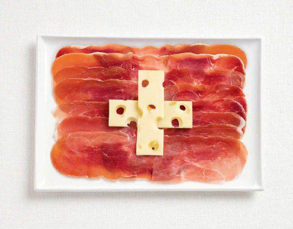 Bandera de Suiza a partir de jamón y emmental.