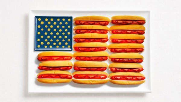 Estados Unidos de la bandera de América hecha de perritos calientes, salsa de tomate y mostaza o queso.