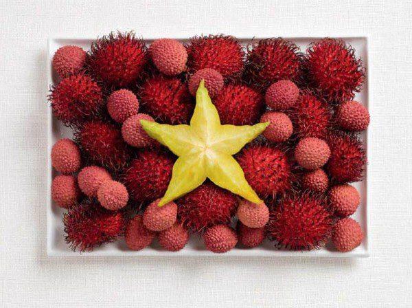La bandera de Vietnam hecha de rambután, litchi y fruta estrellada.